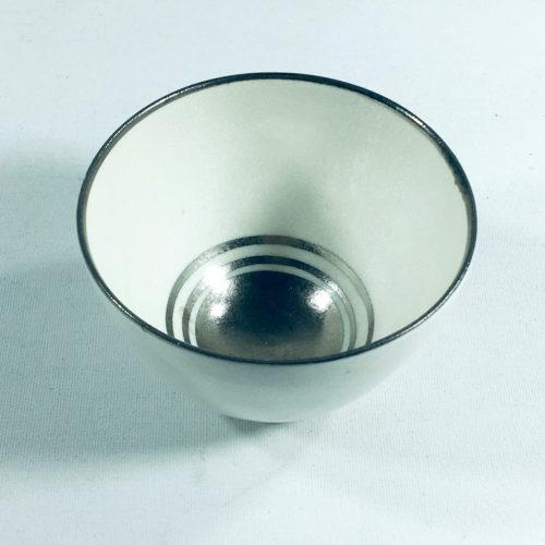 Porzellantassen-Unikat mit silbernen Ringen am Boden Bild 1