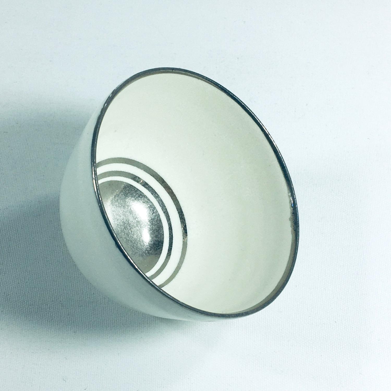 Porzellantassen-Unikat mit silbernen Ringen am Boden Bild 2
